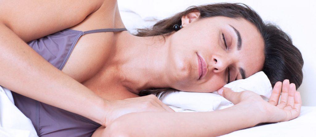 Cómo dormir de lado: 3 consejos para mantener su columna alineada